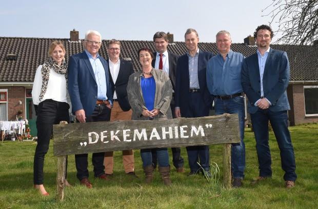 De bestuursleden van de Doarpskorporaasje samen met Jan Feenstra en Christina Draaisma van Rabobank Heerenveen Zuidoost-Friesland, bij Dekemahiem.