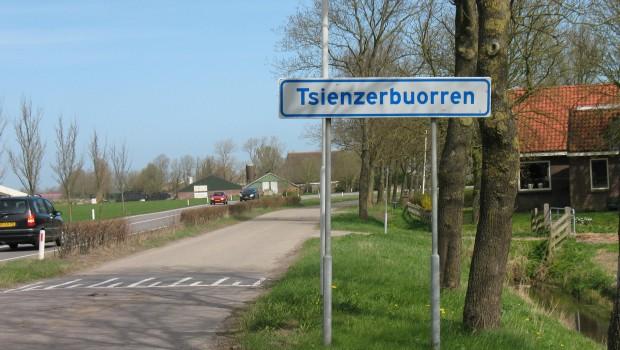 """Tsienzerbuorren bij Rauwerd met op achtergrond (richting oosten)  """"de ronde schoorsteen"""""""